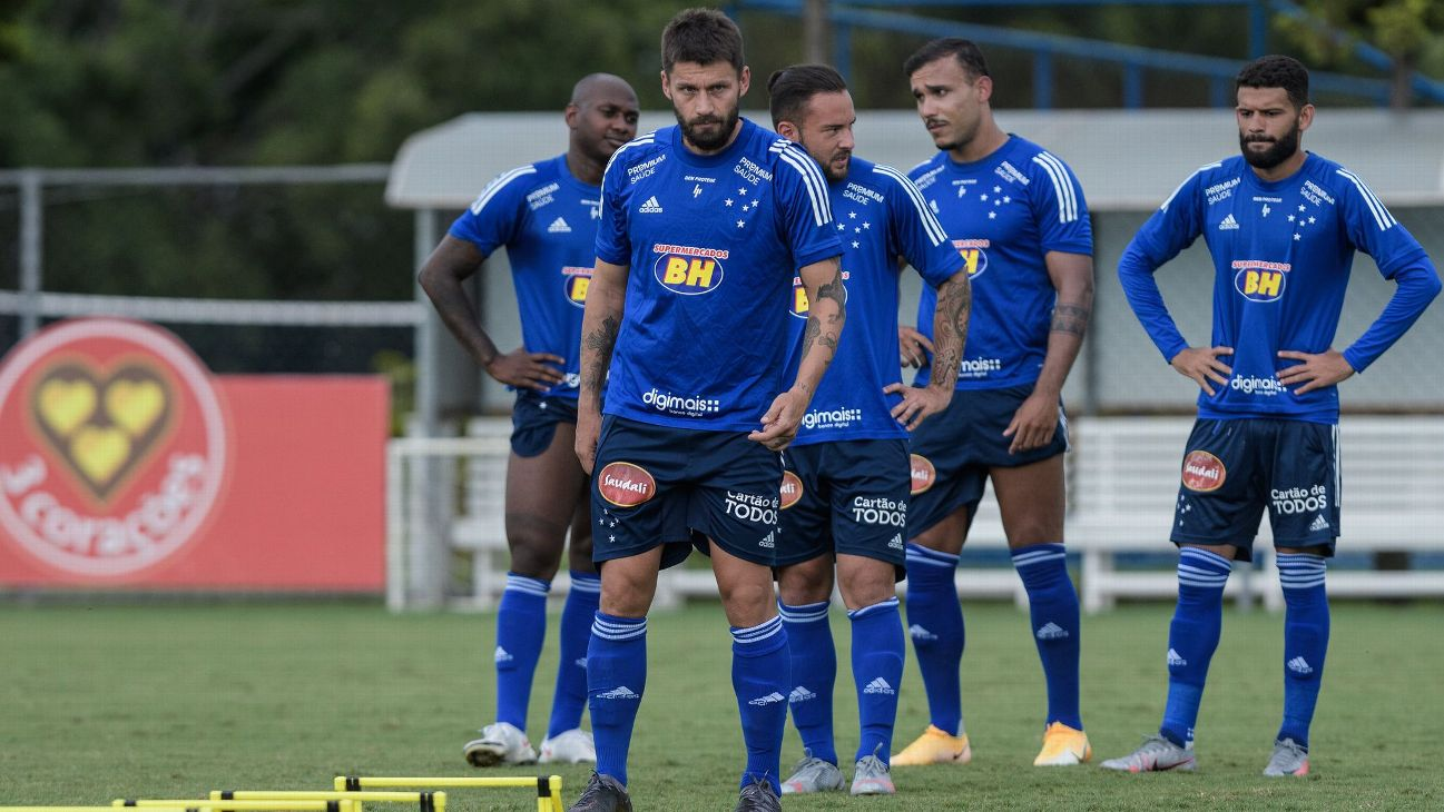 Jogadores do Cruzeiro durante treinamento na Toca da Raposa