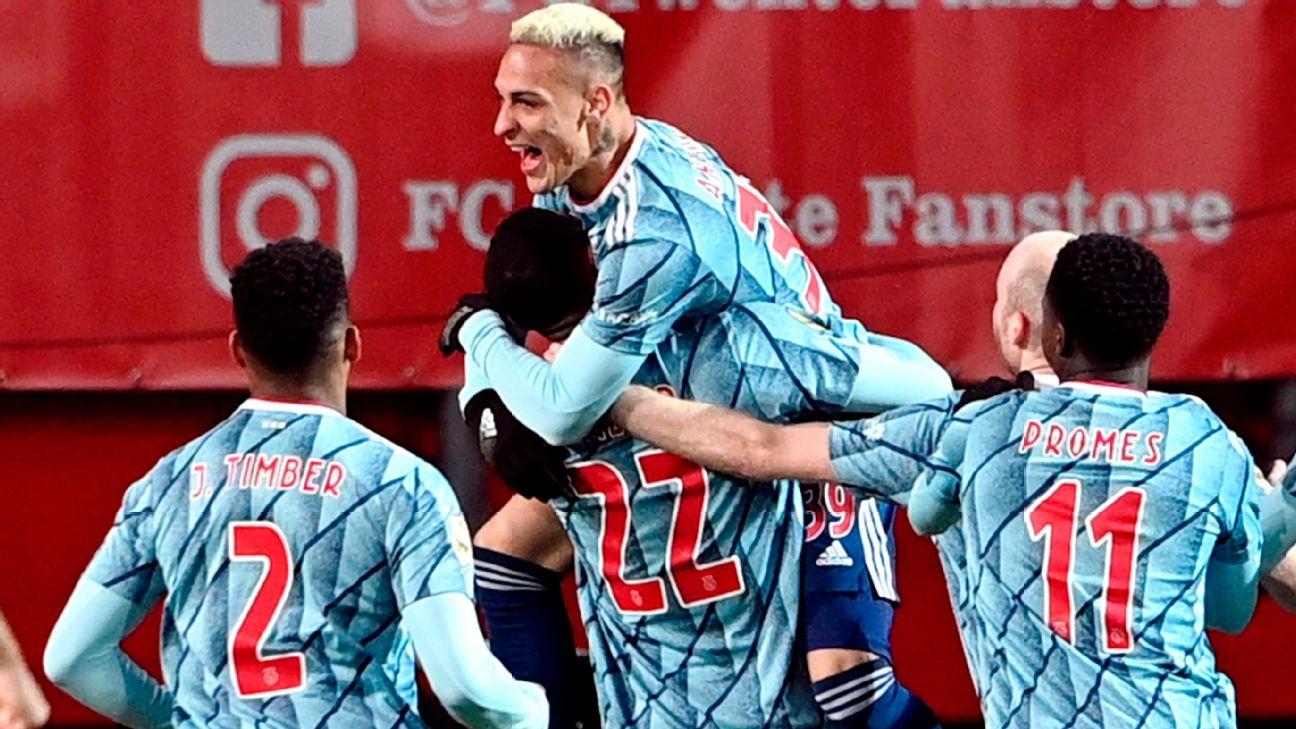 Antony comemora gol com colegas de Ajax