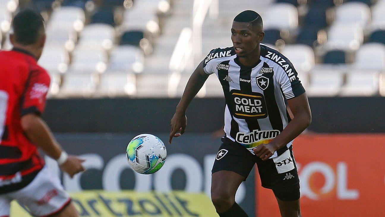 Kanu durante jogo do Botafogo contra o Atlético-GO