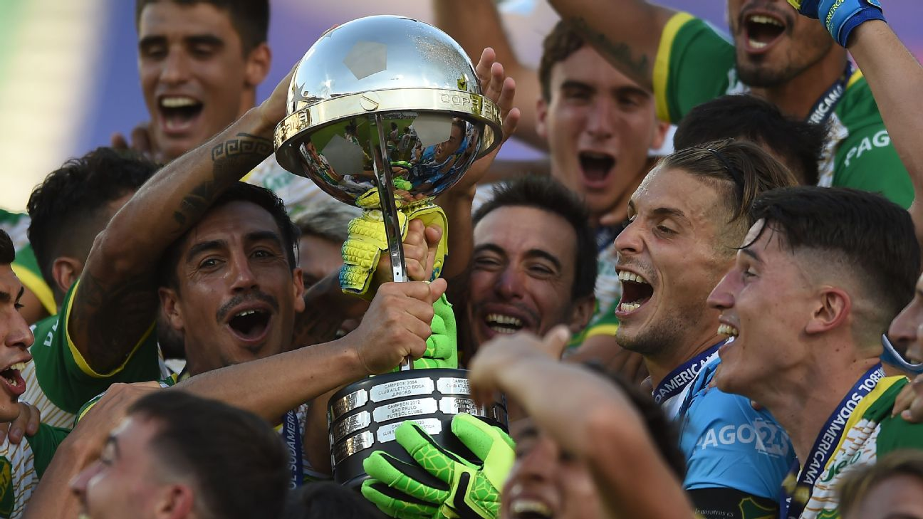 Jogadores do Defensa y Justicia com a taça da Copa Sul-Americana 2020, conquistada sobre o Lanús