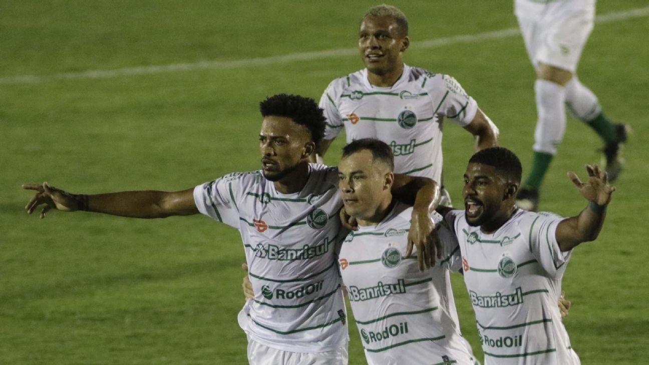 Jogadores do Juventude comemorando gol marcado contra o Guarani pela Série B
