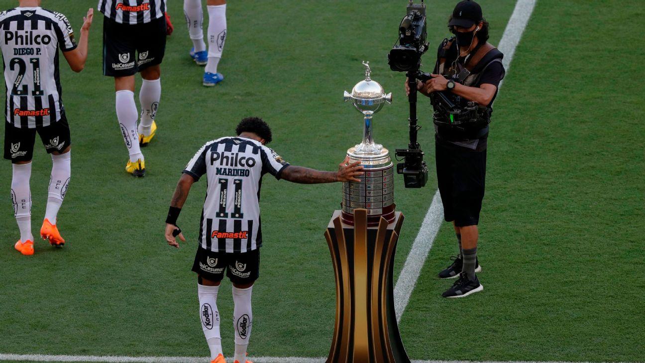 Marinho, do Santos, toca no troféu da Libertadores ao pisar no gramado do Maracanã