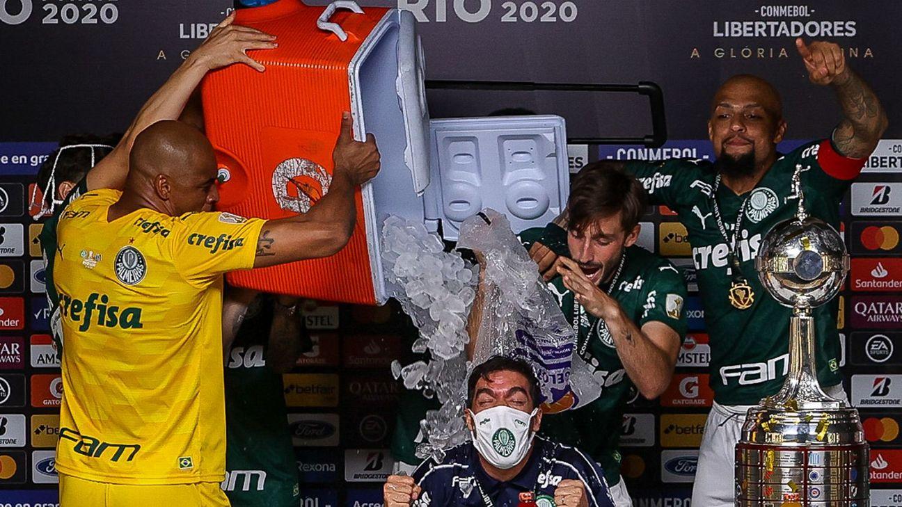 Abel Ferreira levando banho dos jogadores do Palmeiras durante coletiva em comemoração pelo título da Libertadores