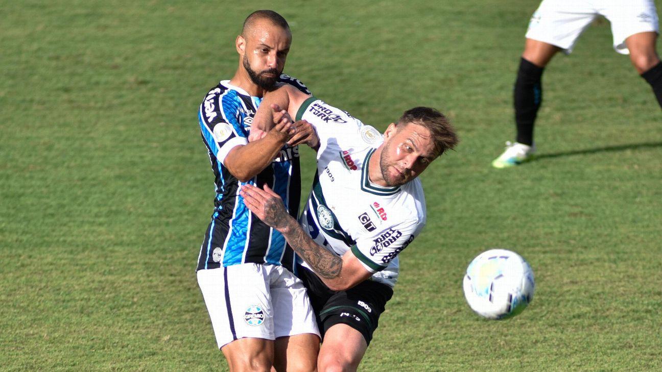Disputa de bola na partida entre Coritiba e Grêmio no Couto Pereira