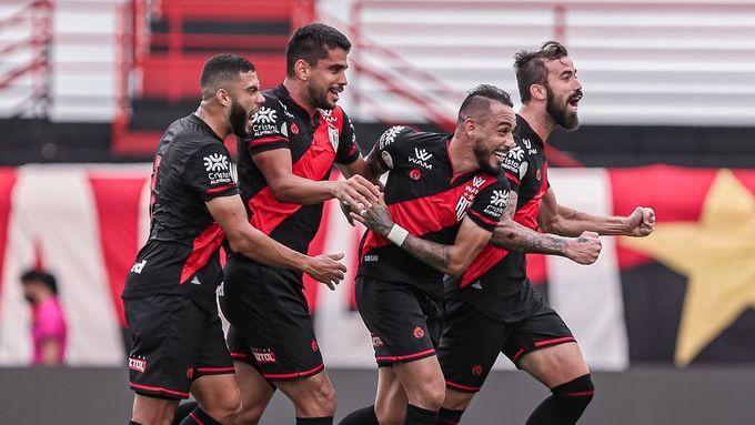 Jogadores do Atlético-GO comemorando gol contra o São Paulo pelo Brasileirão