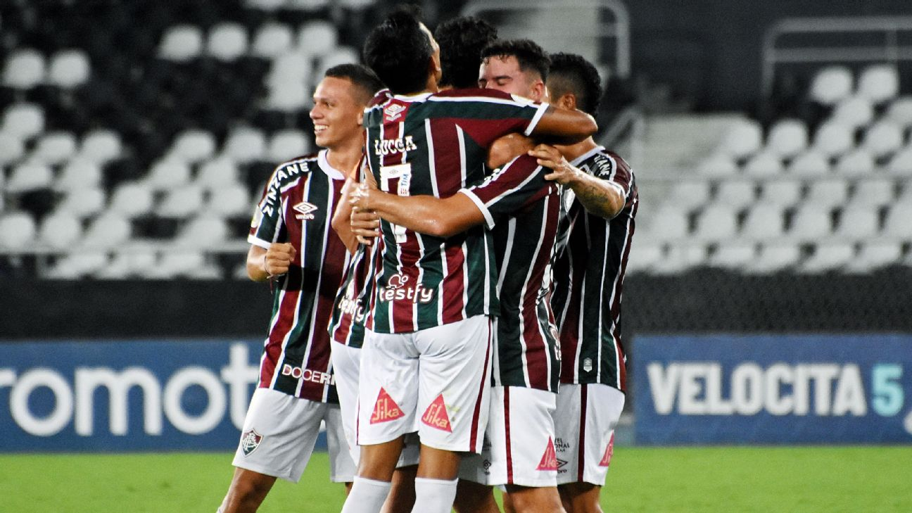 Jogadores do Fluminense comemorando gol contra o Goiás pelo Brasileirão