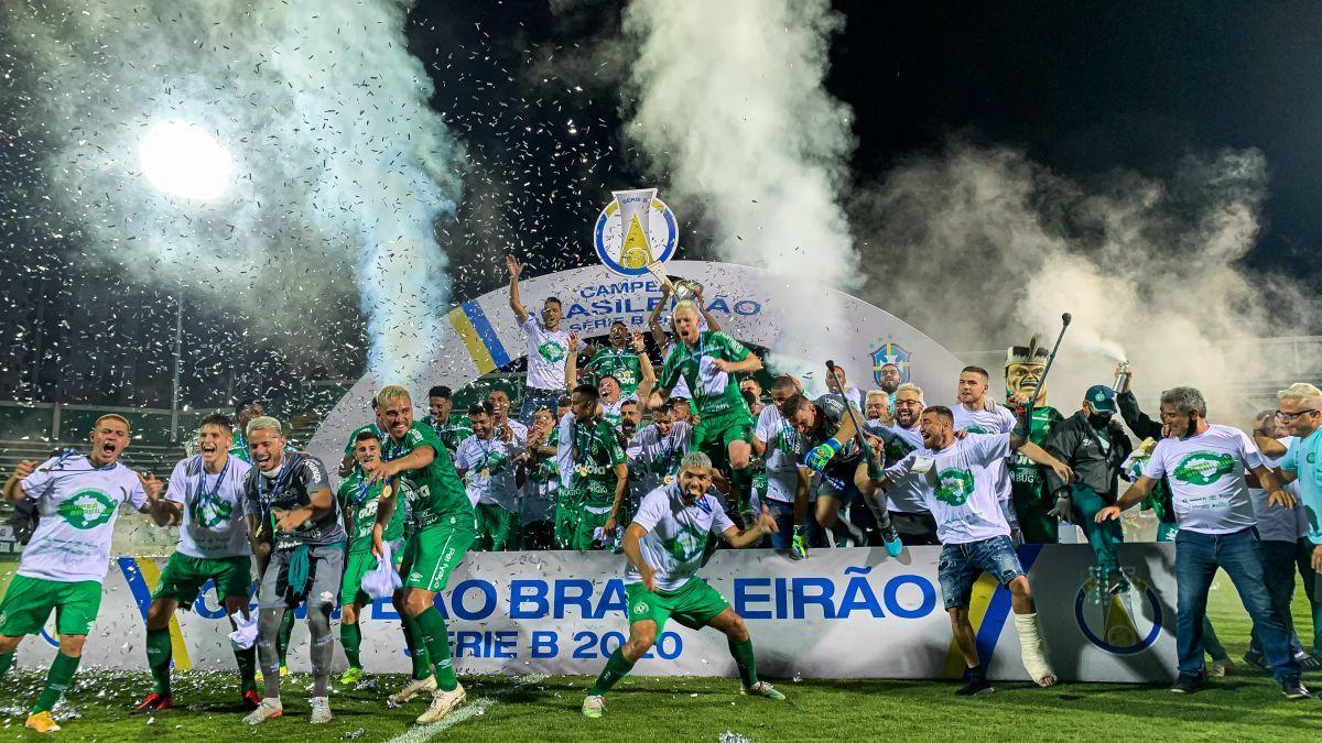 Chapecoense faz a festa com o troféu da Série B