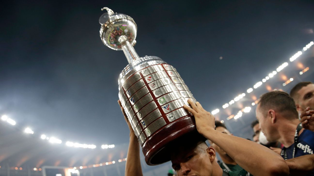 Rony, do Palmeiras, com o troféu de campeão da Conmebol Libertadores