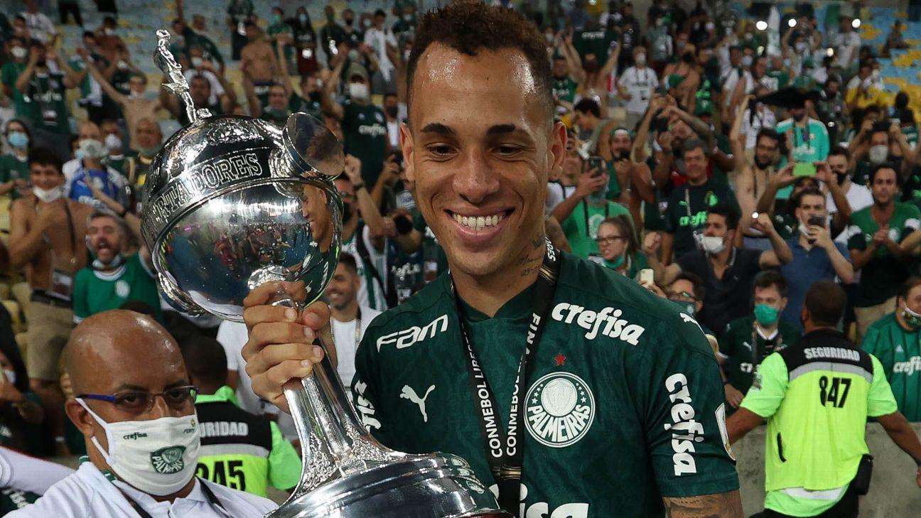 Breno Lopes comemorando título do Palmeiras da Libertadores com a taça no gramado do Maracanã