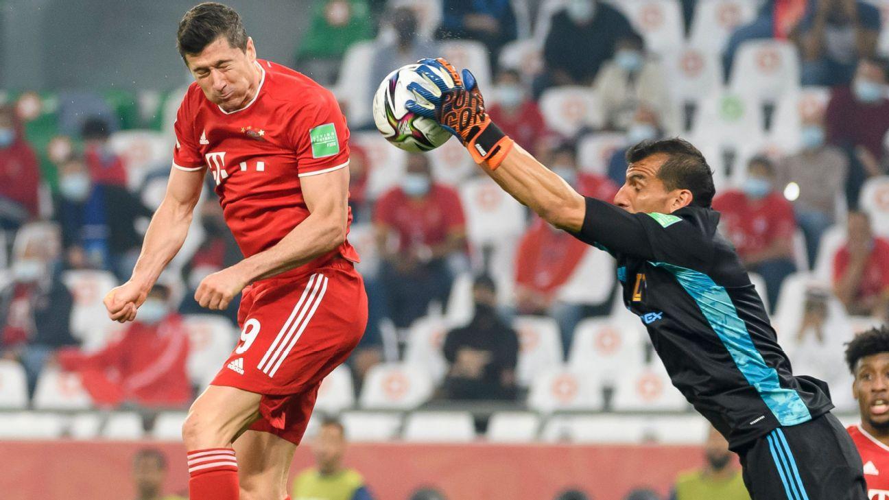 Lewandowski, do Bayern, e Guzmán, do Tigres, durante jogo do Mundial