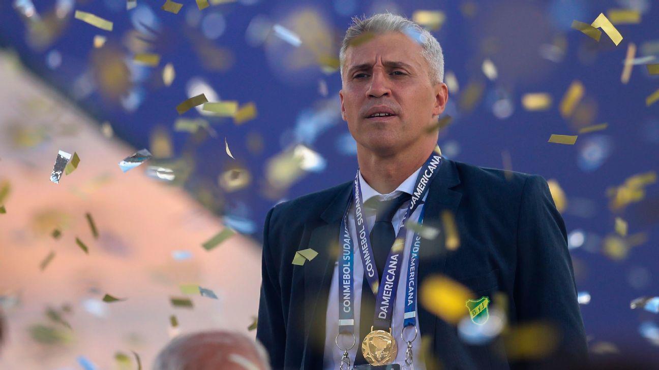 Hernán Crespo comemora a conquista da Copa Sul-Americana com o Defensa