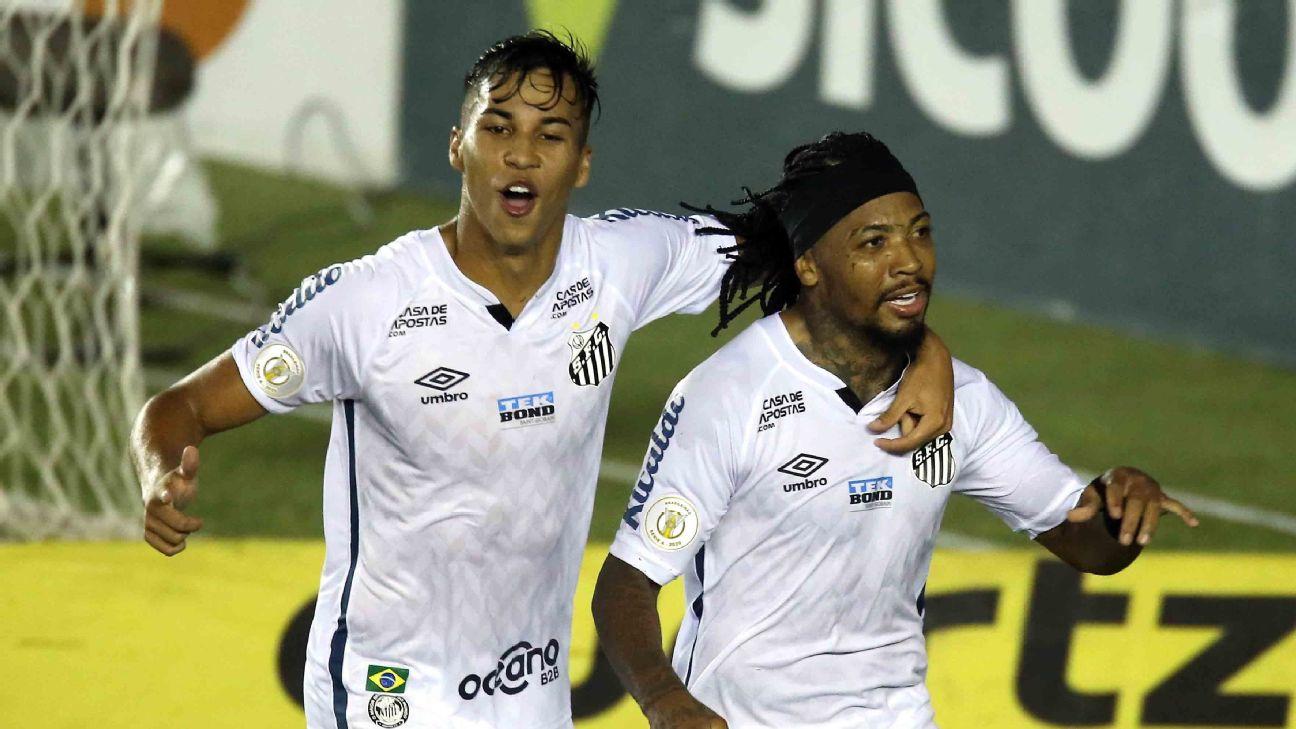 Marinho e Kaio Jorge comemoram gol do Santos em partida contra o Coritiba, no Brasileirão