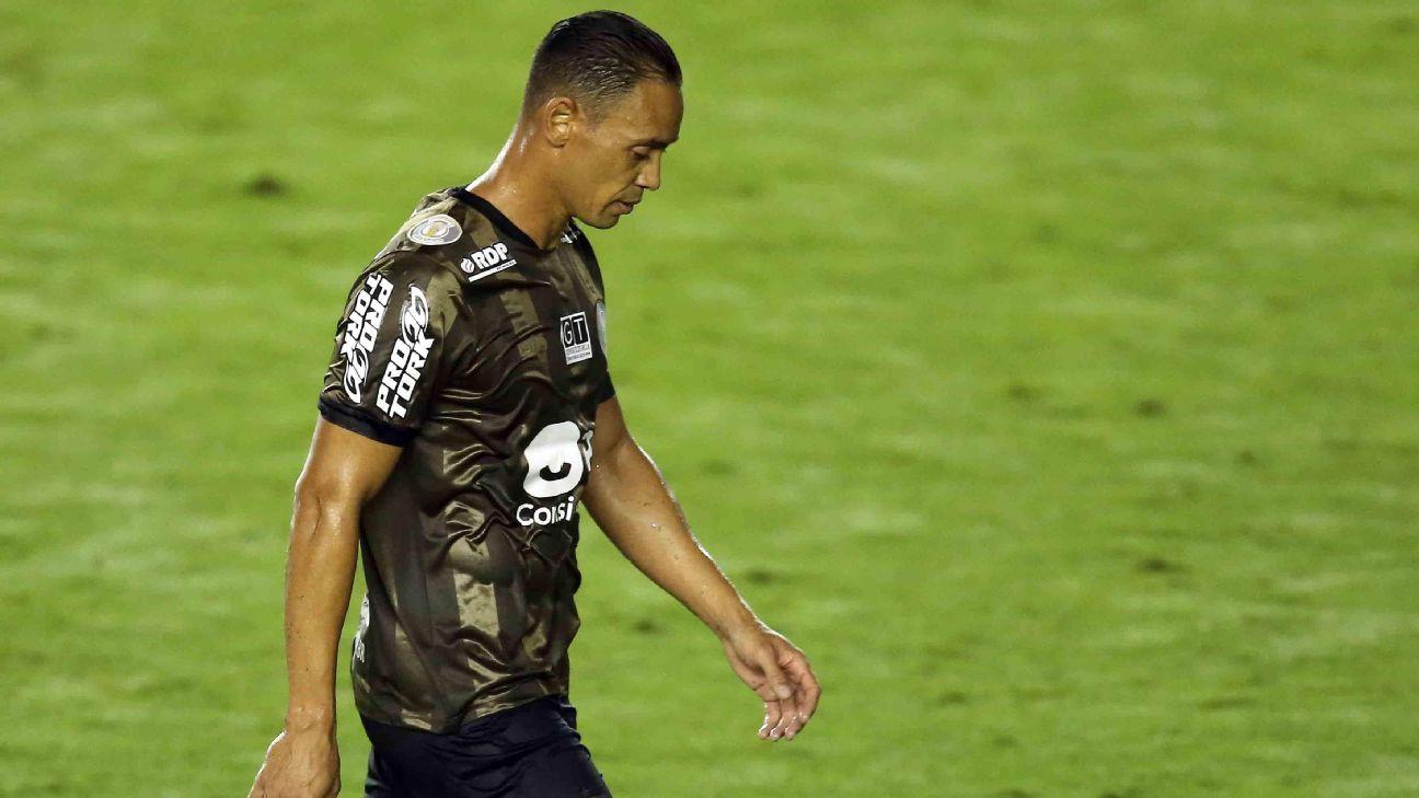 Ricardo Oliveira cabisbaixo após partida do Coritiba