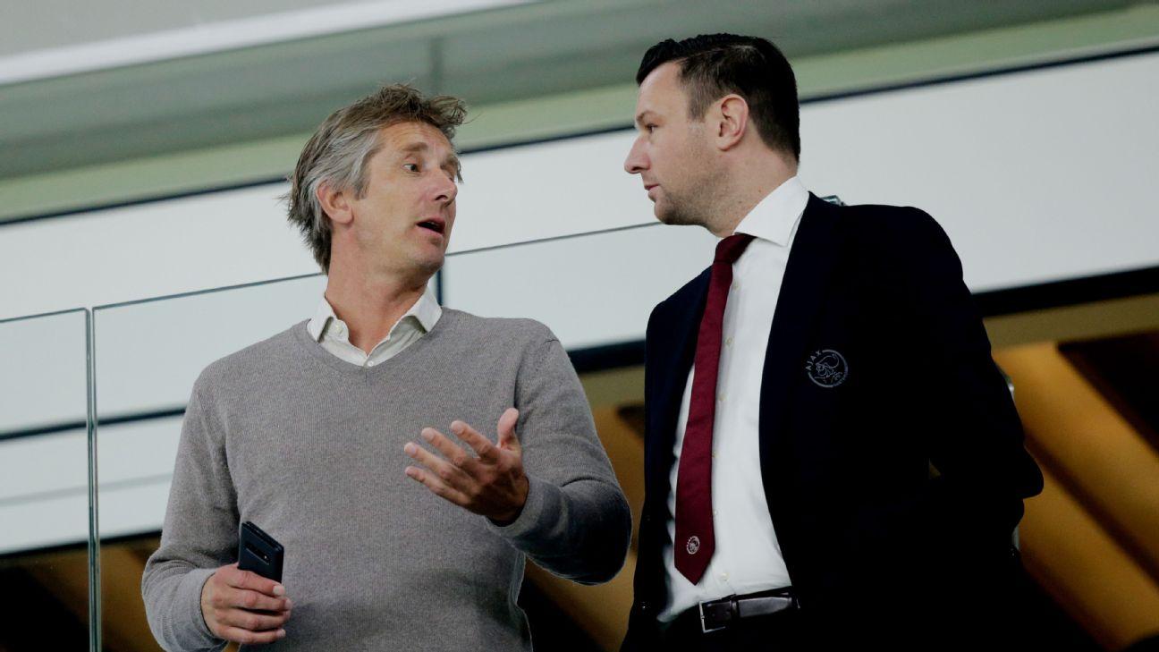 Membros da diretoria do Ajax, Van der Sar e Menno Geelen conversam na Johan Cruyff Arena