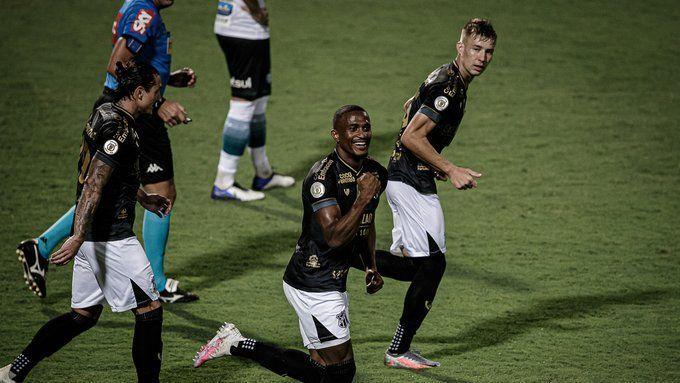 Saulo Mineiro comemorando gol marcado pelo Ceará contra o Coritiba pelo Brasileirão