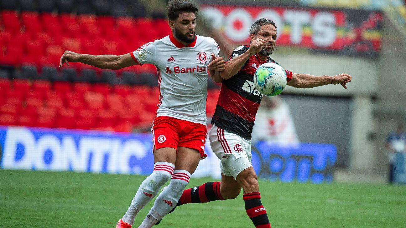 Diego, do Flamengo, e Yuri Alberto, do Internacional, disputam jogada