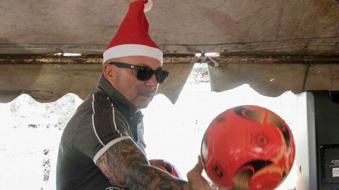 Jorge Sampaoli, técnico do Santos, distribui presentes de Natal, em 2019