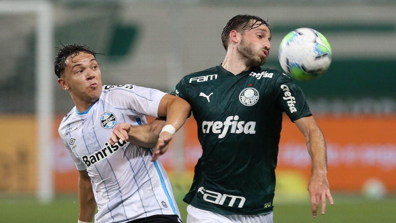 Matías Viña, do Palmeiras, e Pepê, do Grêmio, disputam jogada
