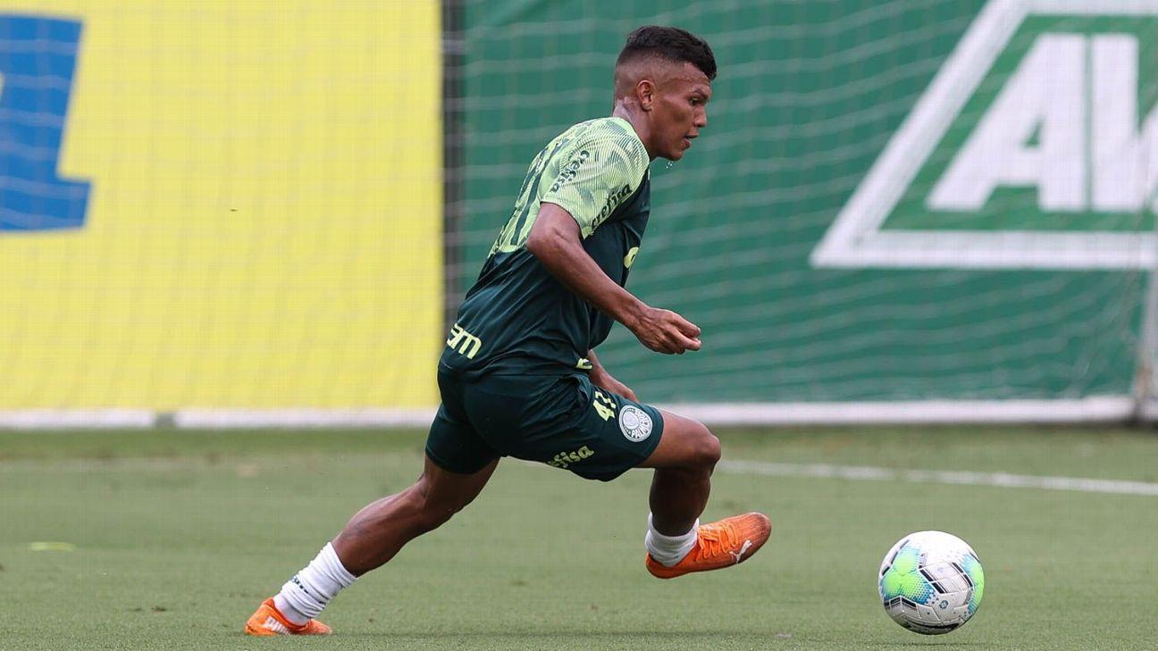 Gabriel Veron durante treino do Palmeiras, na Academia de Futebol