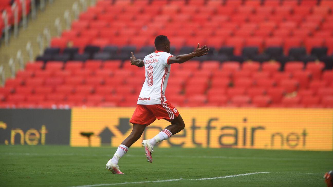 Edenílson comemora após marcar para o Internacional sobre o Flamengo