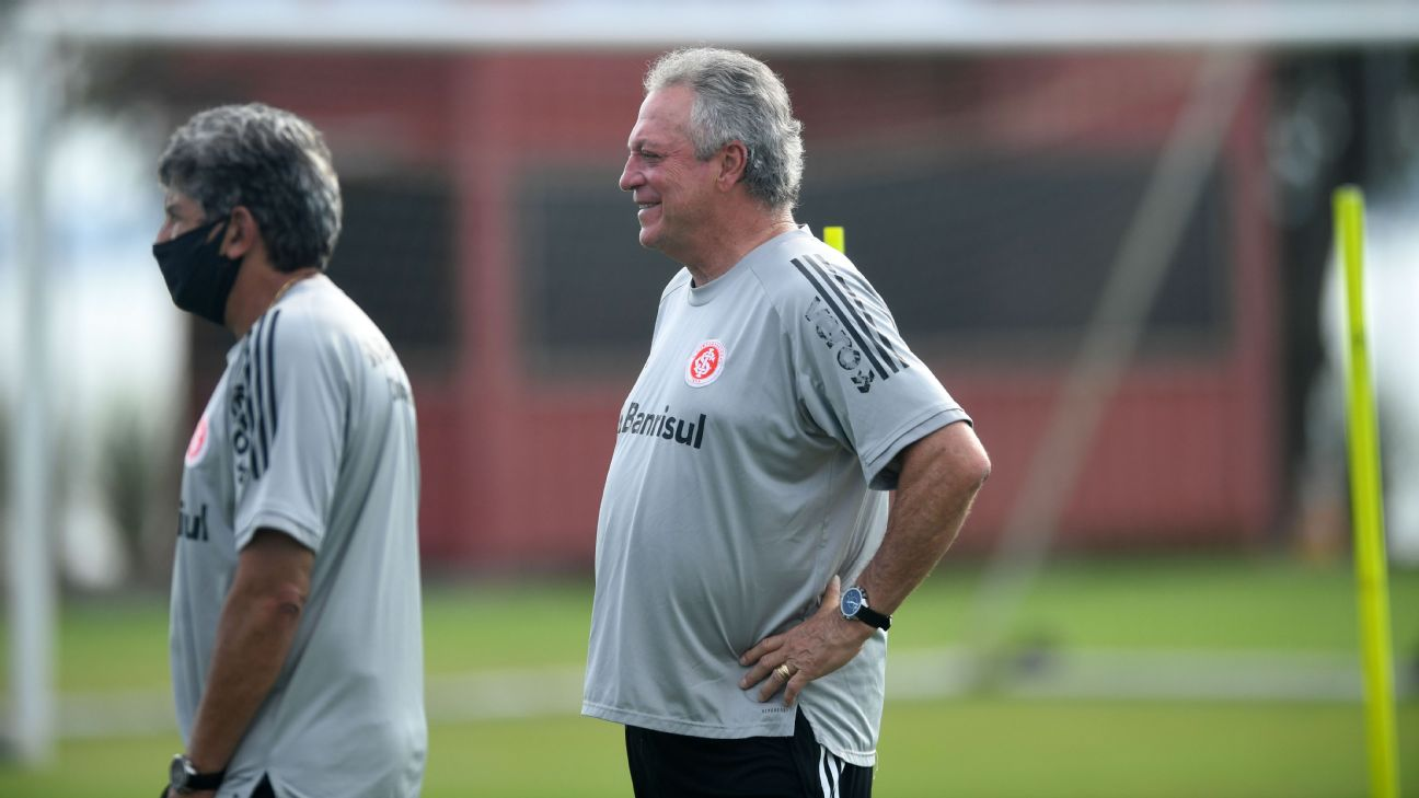Abel Braga durante treinamento do Internacional