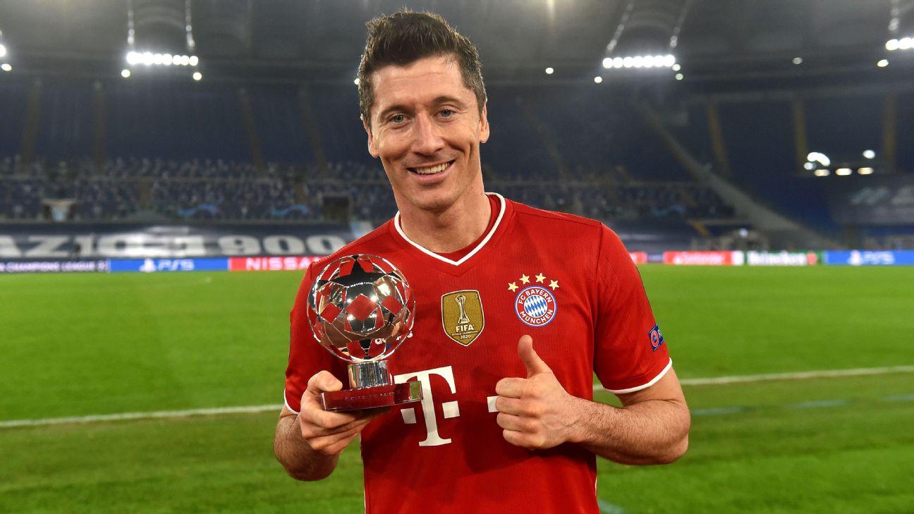 Lewandowski com o prêmio de melhor da partida pelo Bayern de Munique