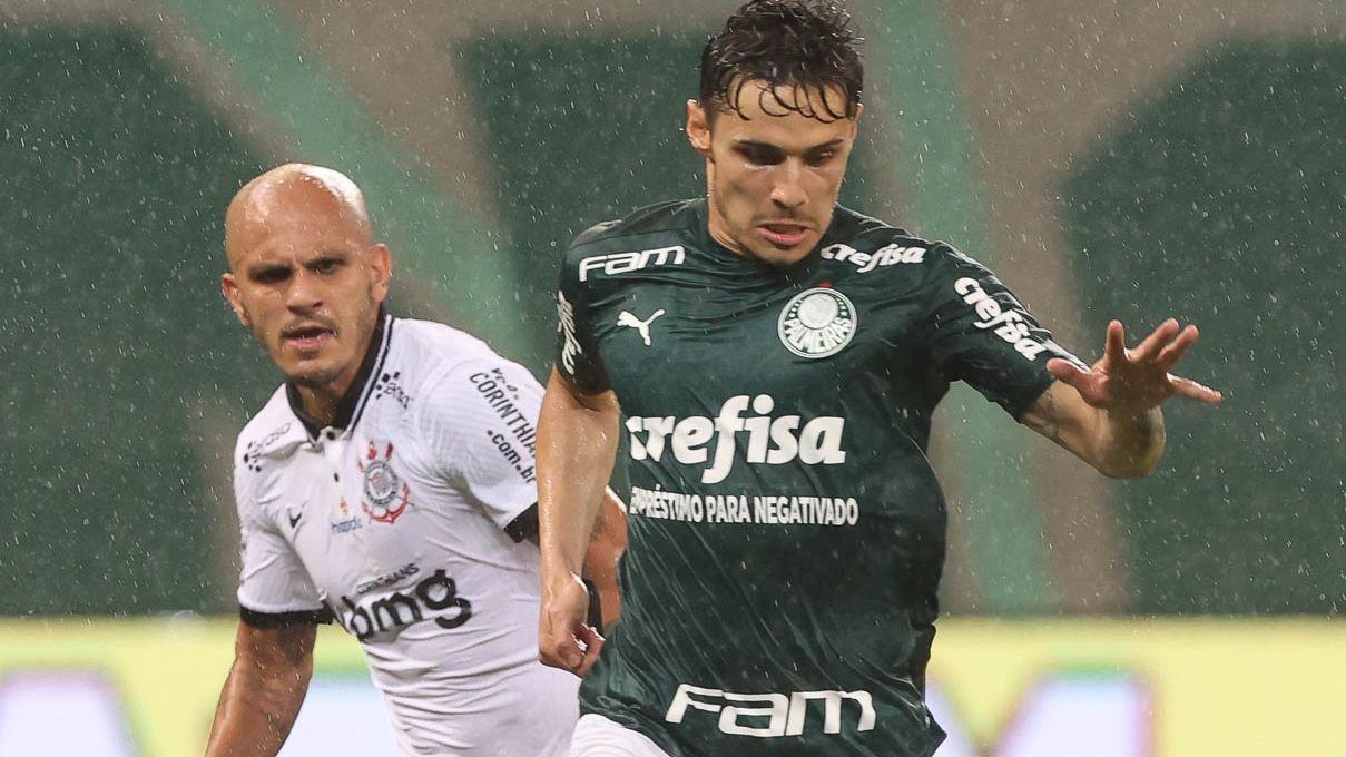 Raphael Veiga, do Palmeiras, e Fábio Santos, do Corinthians, disputam jogada