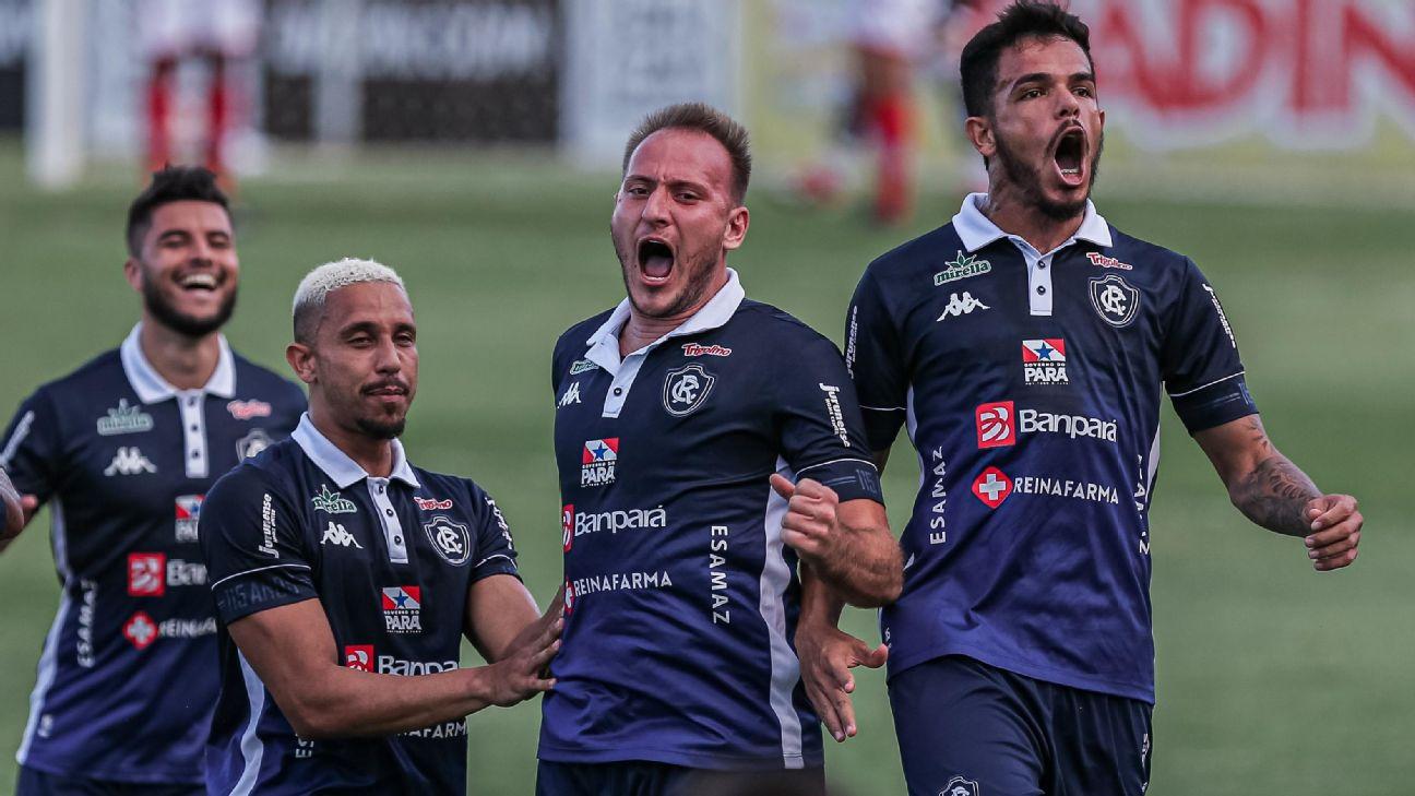 Jogadores do Remo comemoram gol sobre o Vila Nova, pela Série C