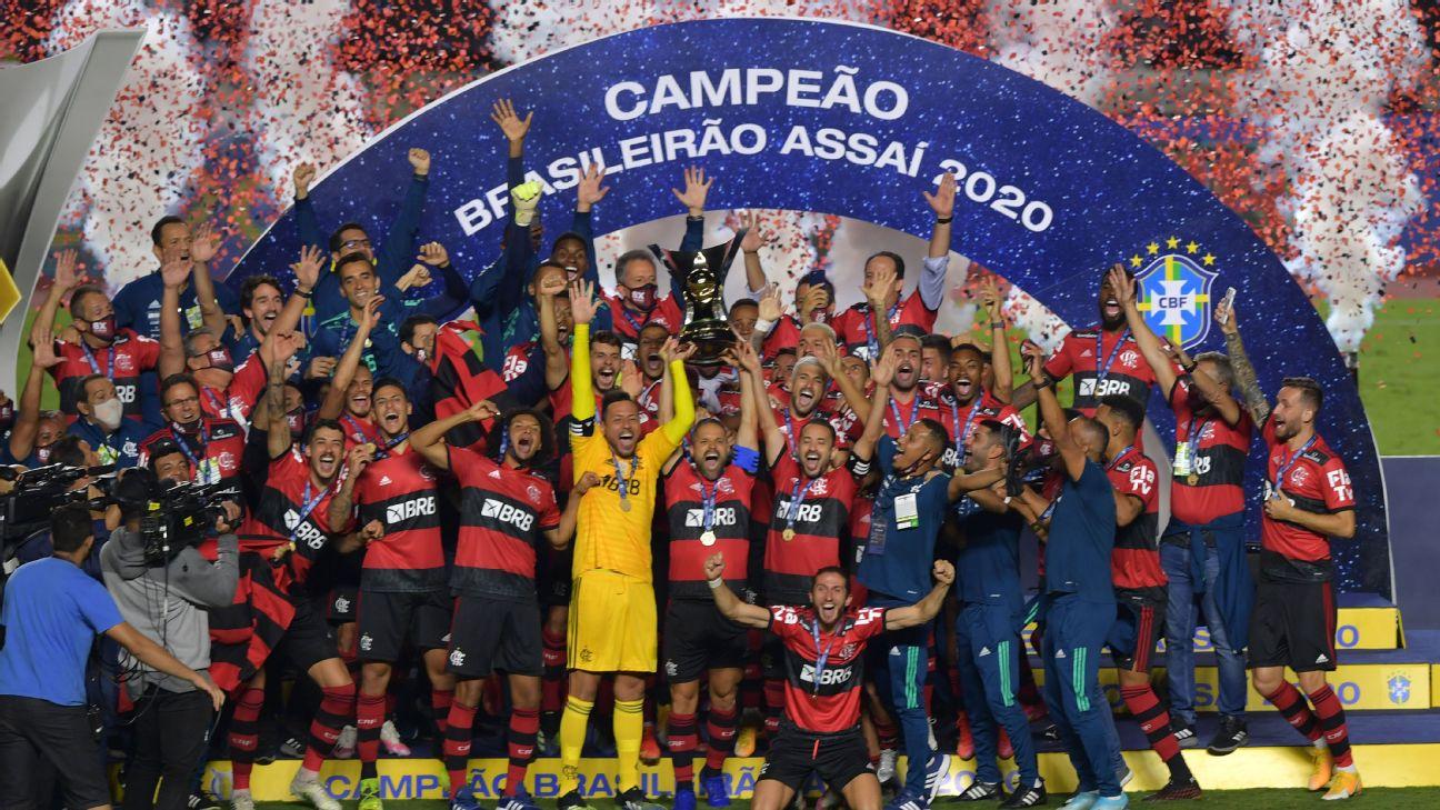 Jogadores do Flamengo levantam a taça do Campeonato Brasileiro de 2020
