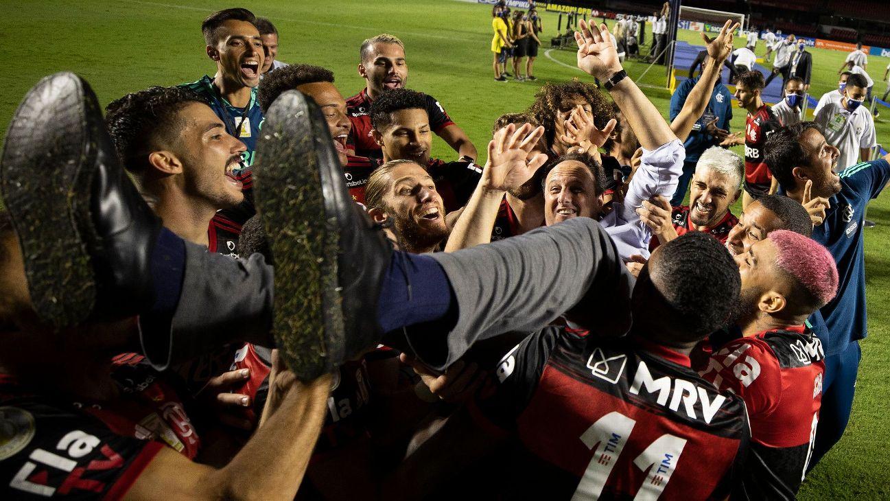 Rogério Ceni recebe o carinho dos jogadores do Flamengo