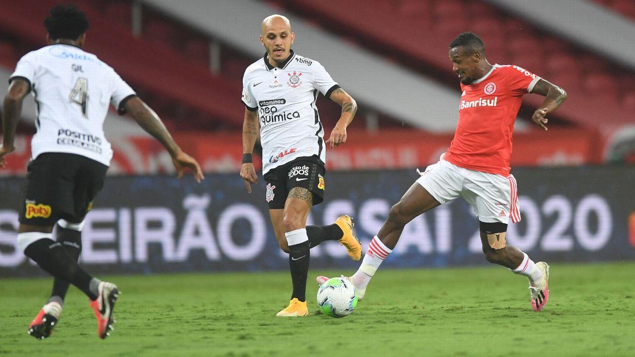 Edenílson durante jogo entre Internacional e Corinthians, pelo Brasileirão
