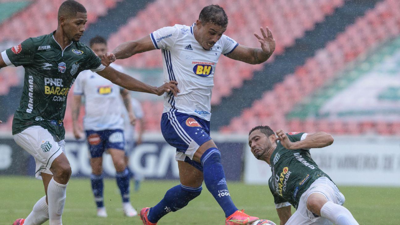 William Pottker divide bola na estreia do Cruzeiro no Mineiro