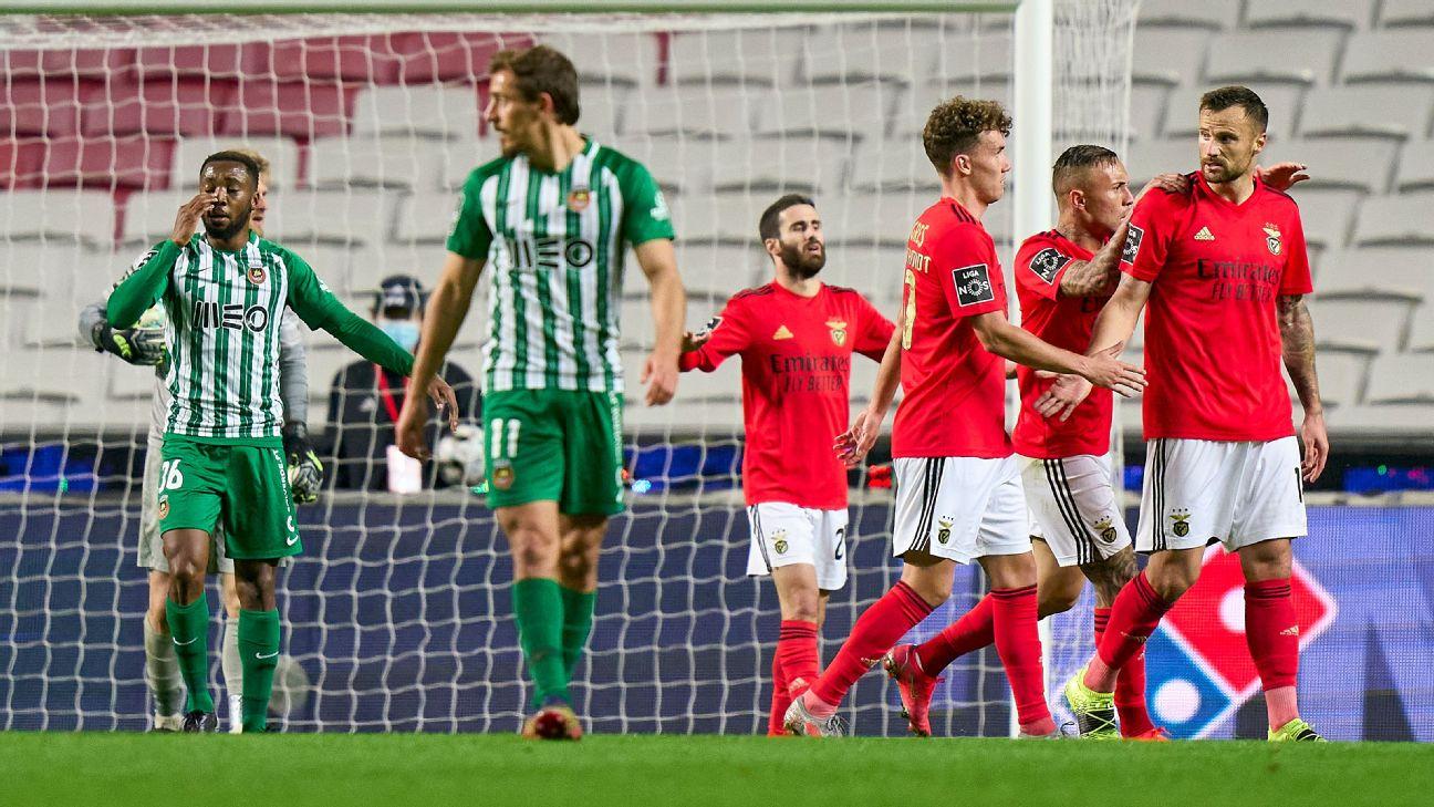 Jogadores do Benfica comemorando gol contra o Rio Ave pelo Campeonato Português