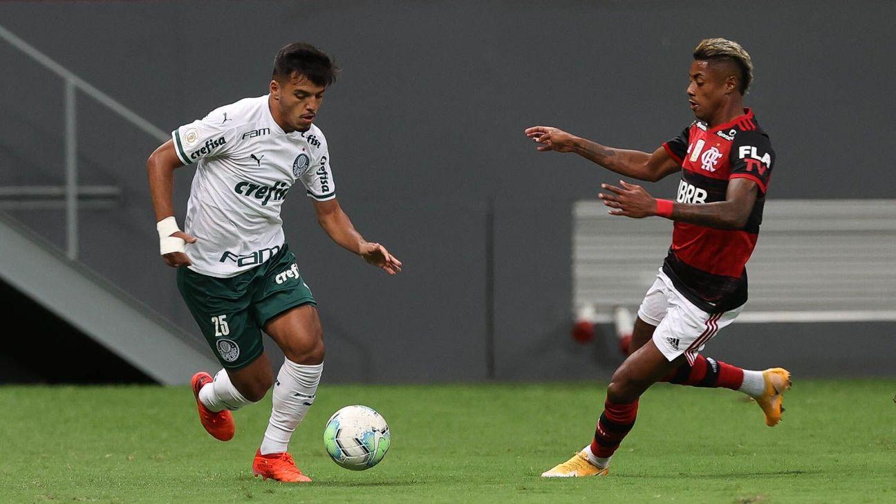 Gabriel Menino, do Palmeiras, e Bruno Henrique, do Flamengo, disputam jogada