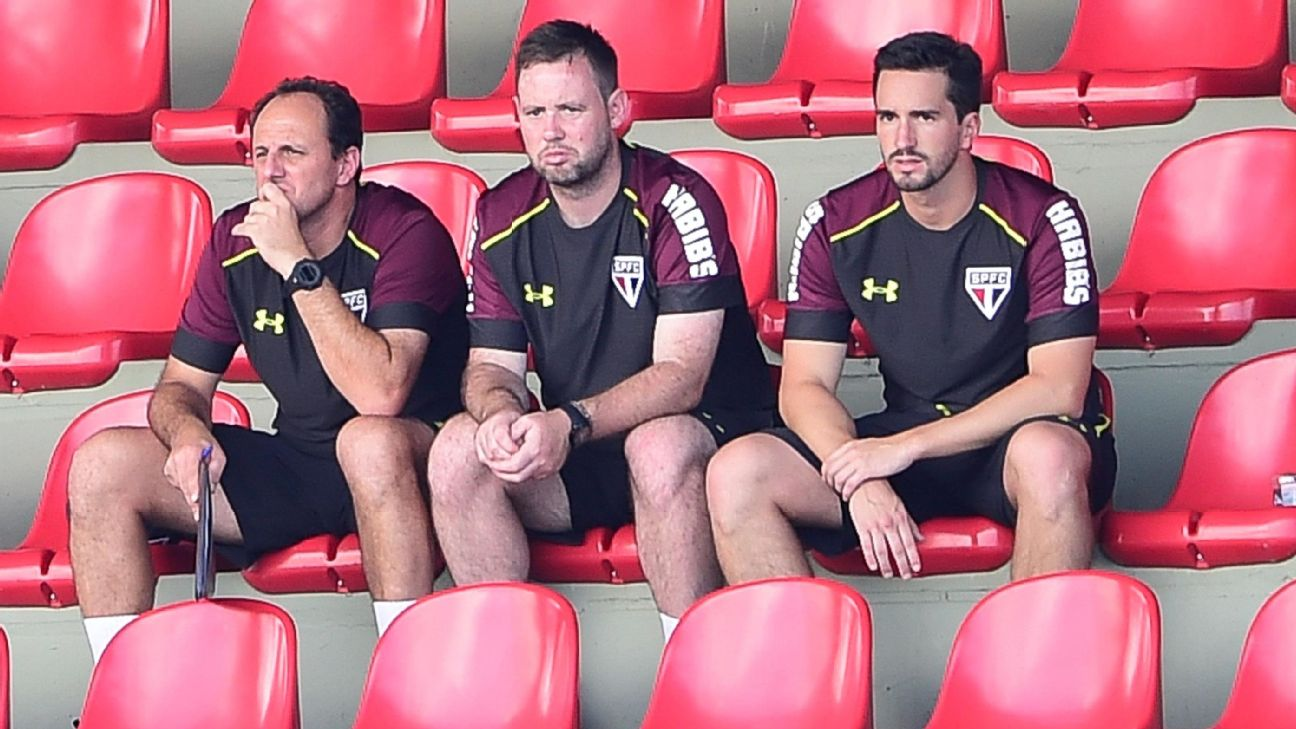 Rogério Ceni, Michael Beale e Charles Hembert em treino do São Paulo em 2017