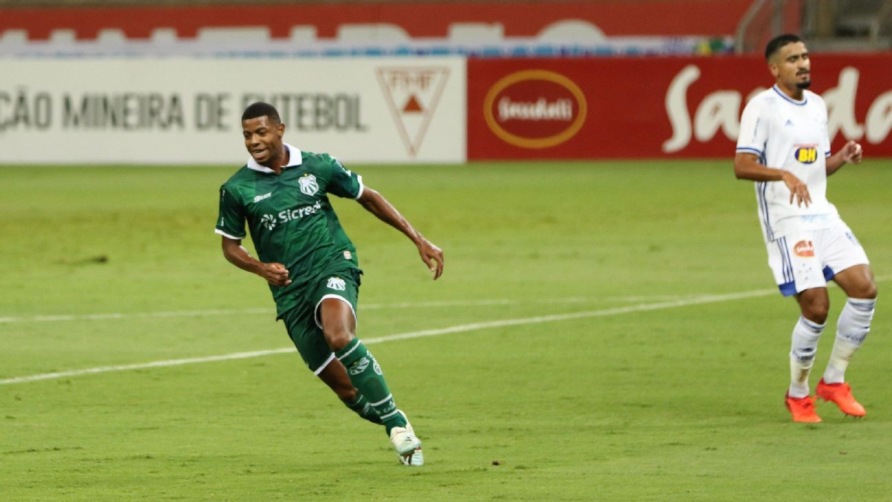 Amarildo comemorando gol marcando pela Caldense contra o Cruzeiro pelo Campeonato Mineiro