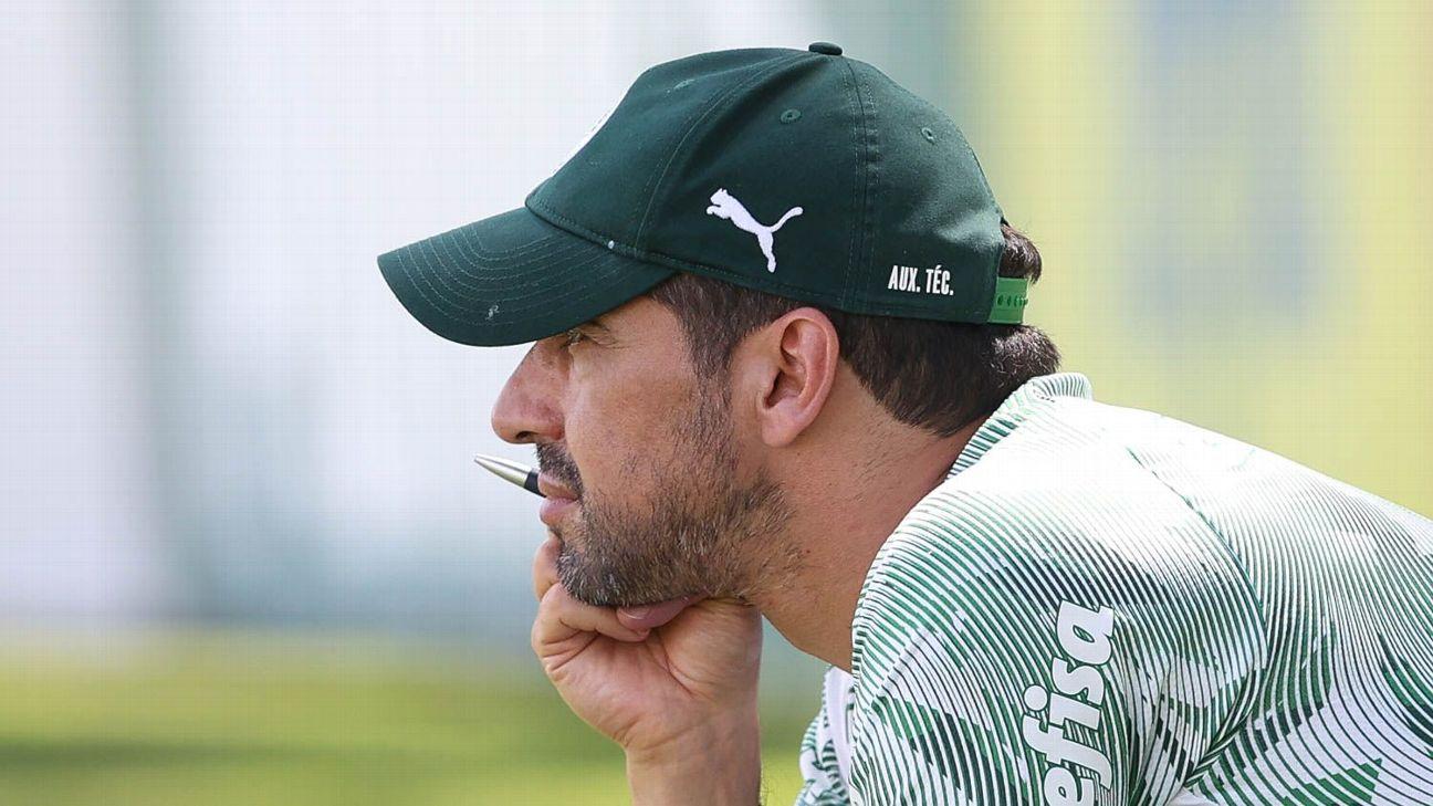 Abel Ferreira durante treino do Palmeiras, na Academia de Futebol