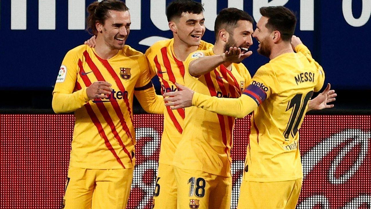 Jordi Alba abraça Messi após marcar para o Barcelona sobre o Osasuna