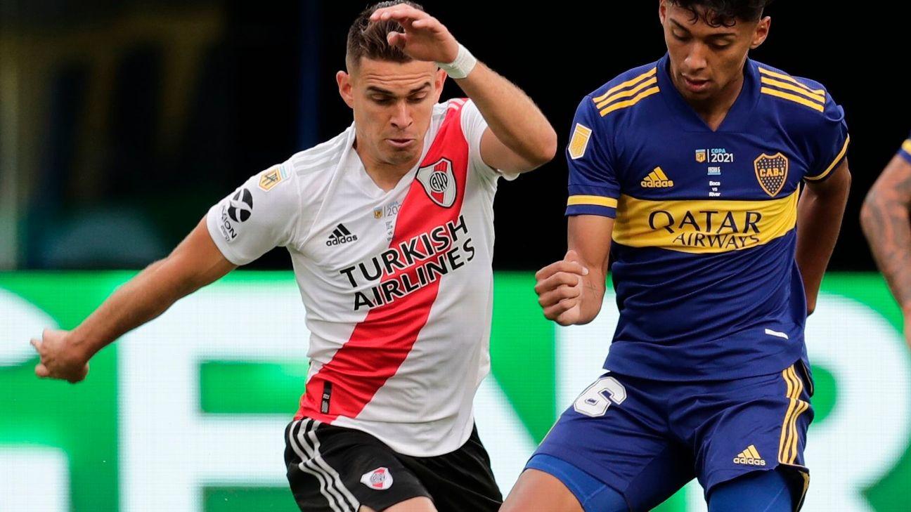 Santos Borré tenta jogada durante jogo entre River Plate e Boca Juniors