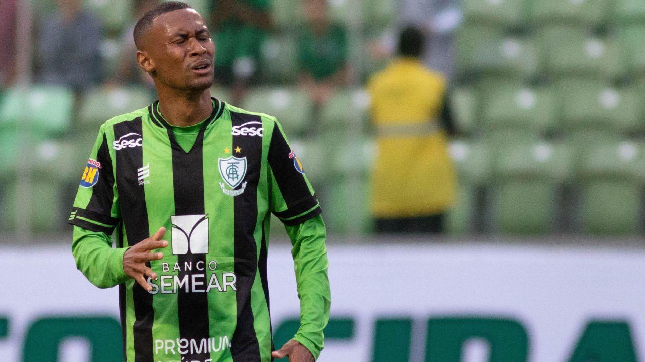 Ademir durante jogo entre América-MG e Tombense, pelo Mineiro