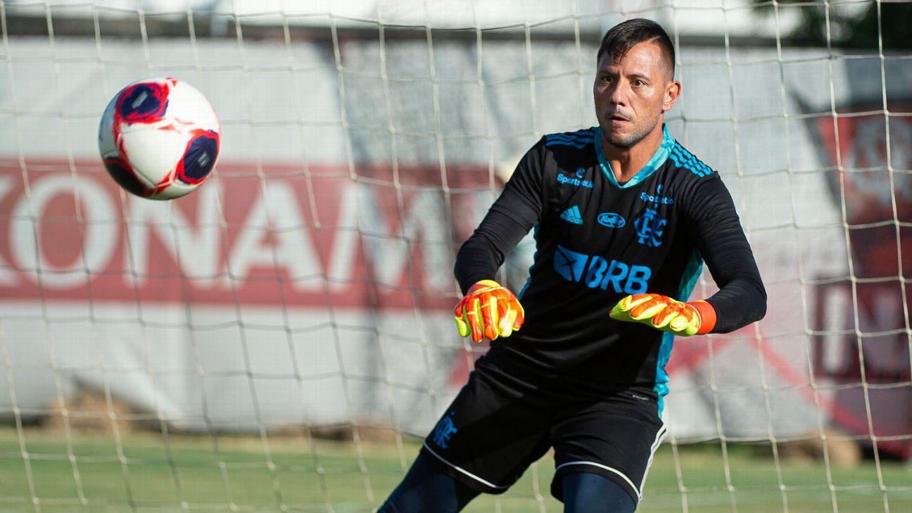 Diego Alves defende chute em treino do Flamengo