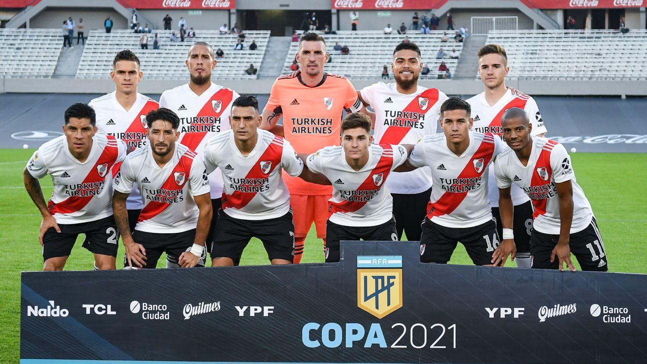 Jogadores do River Plate em foto oficial antes da partida contra o Racing pela Copa da Liga Profissional