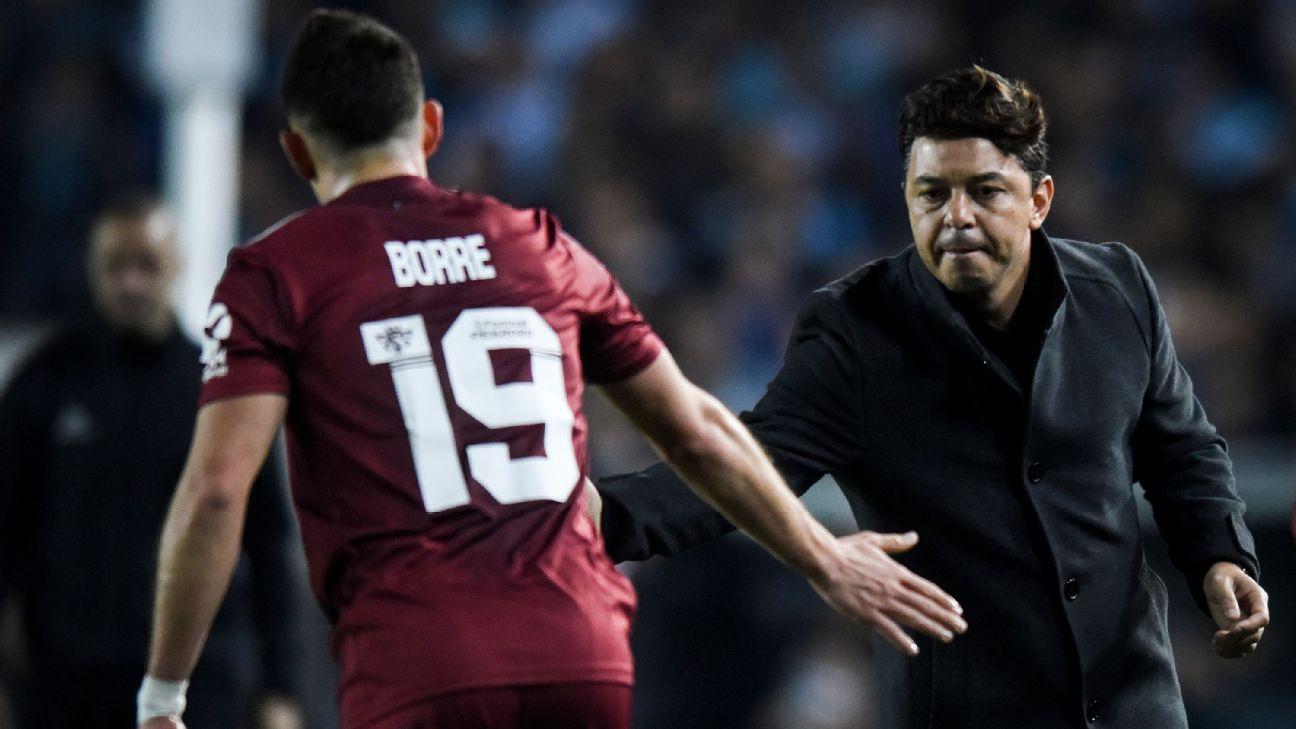 Rafael Santos Borré cumprimentando o técnico Marcelo Gallardo durante partida do River Plate