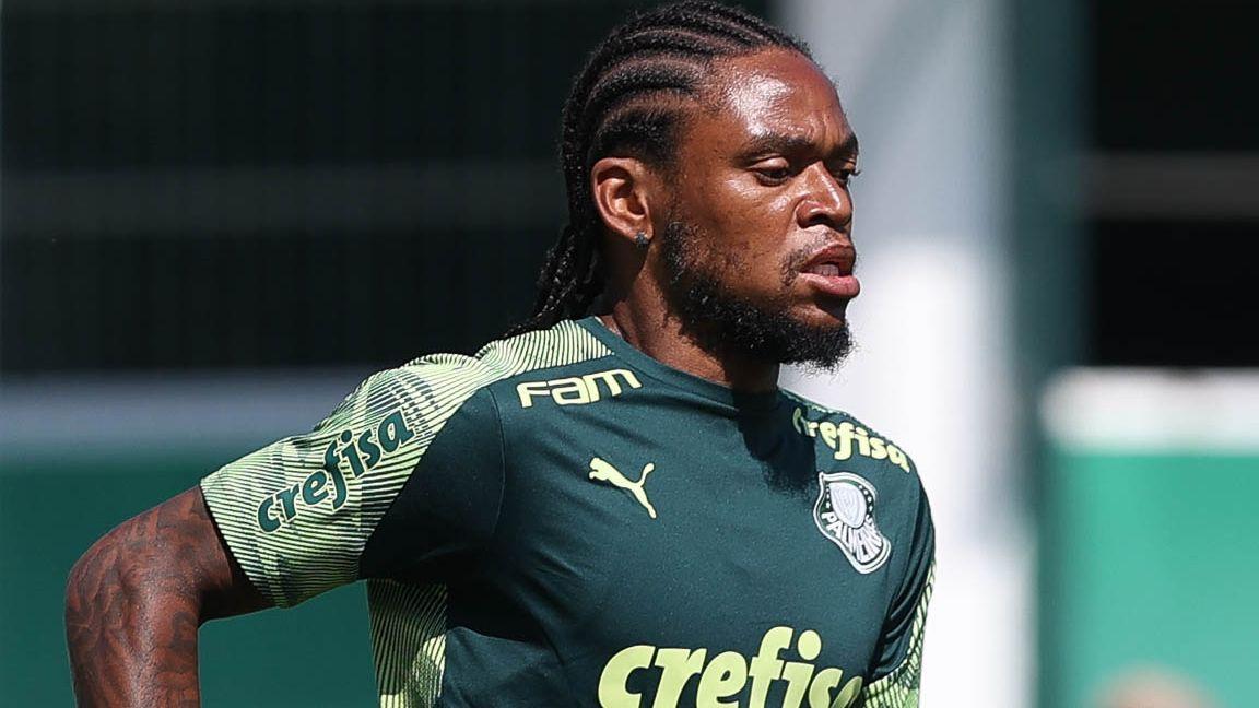 Luiz Adriano durante treino do Palmeiras, na Academia de Futebol