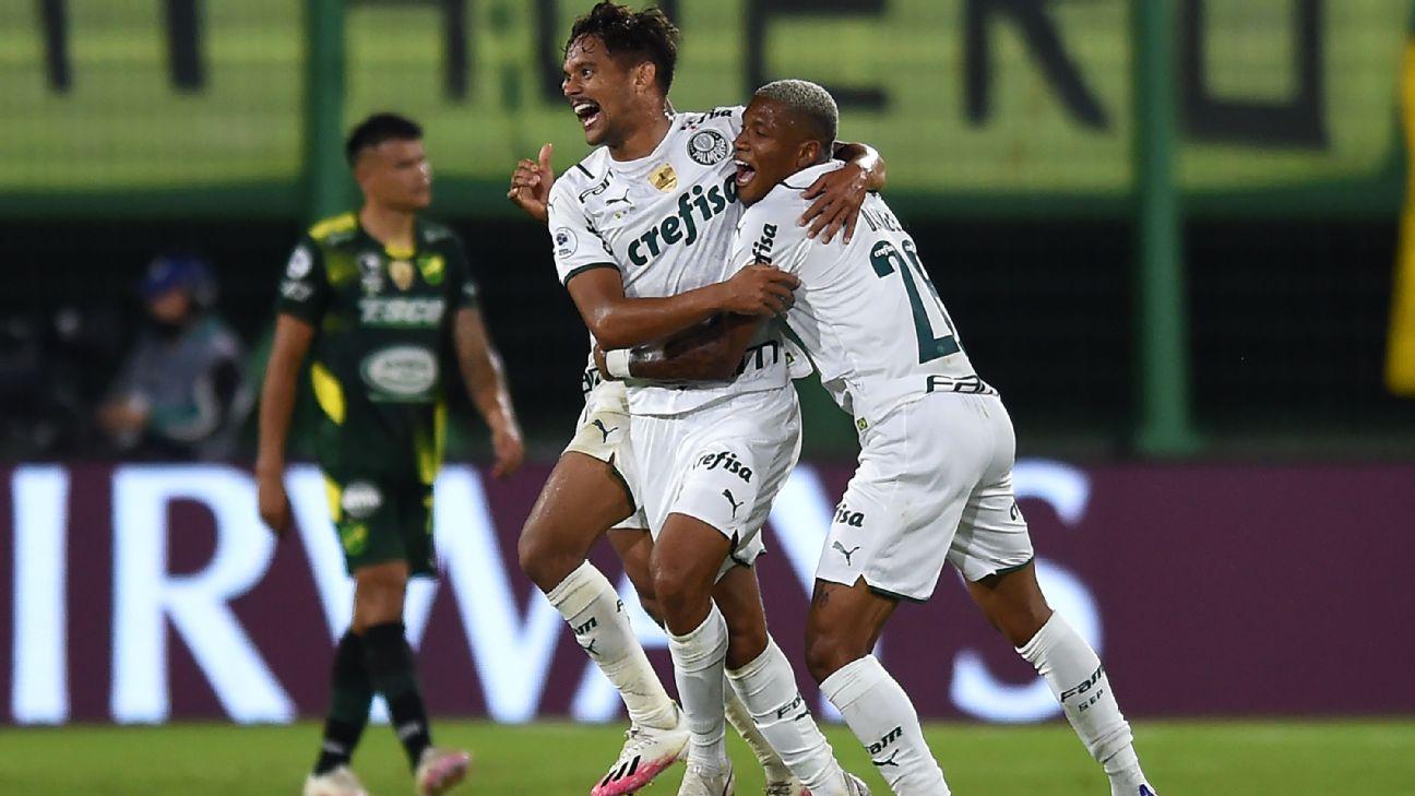 Gustavo Scarpa celebra gol de falta do Palmeiras contra o Defensa