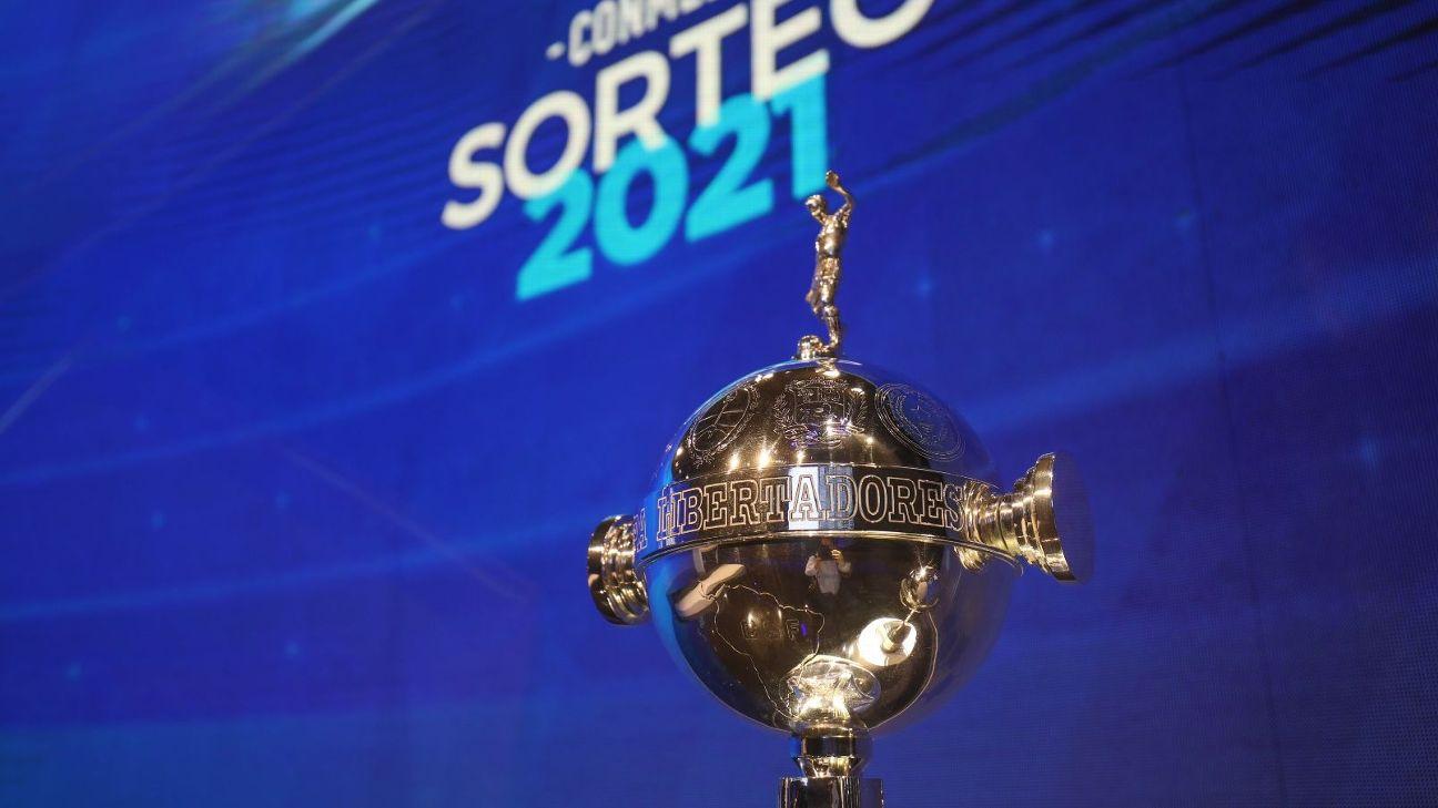 O troféu da Conmebol Libertadores durante o sorteio dos grupos da edição 2021