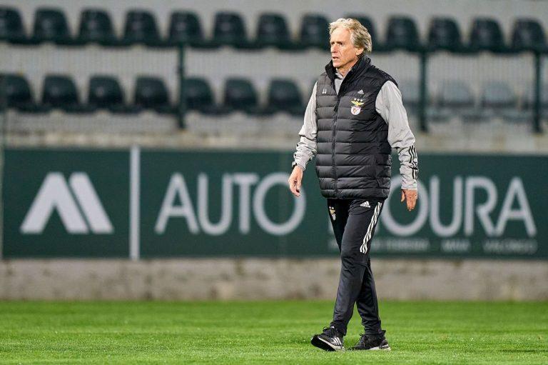 Jorge Jesus em campo após jogo do Benfica