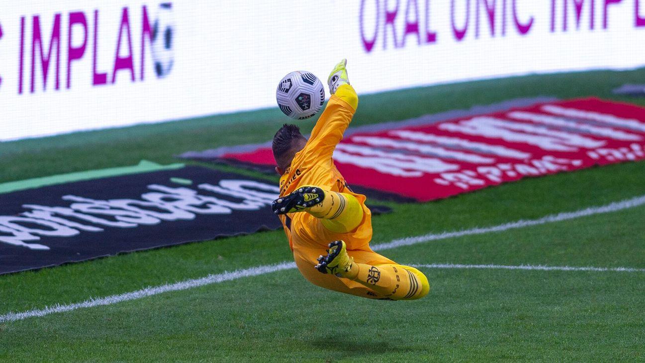 Diego Alves faz defesa durante jogo entre Flamengo e Palmeiras