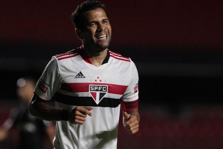 Daniel Alves faz careta em jogo do São Paulo