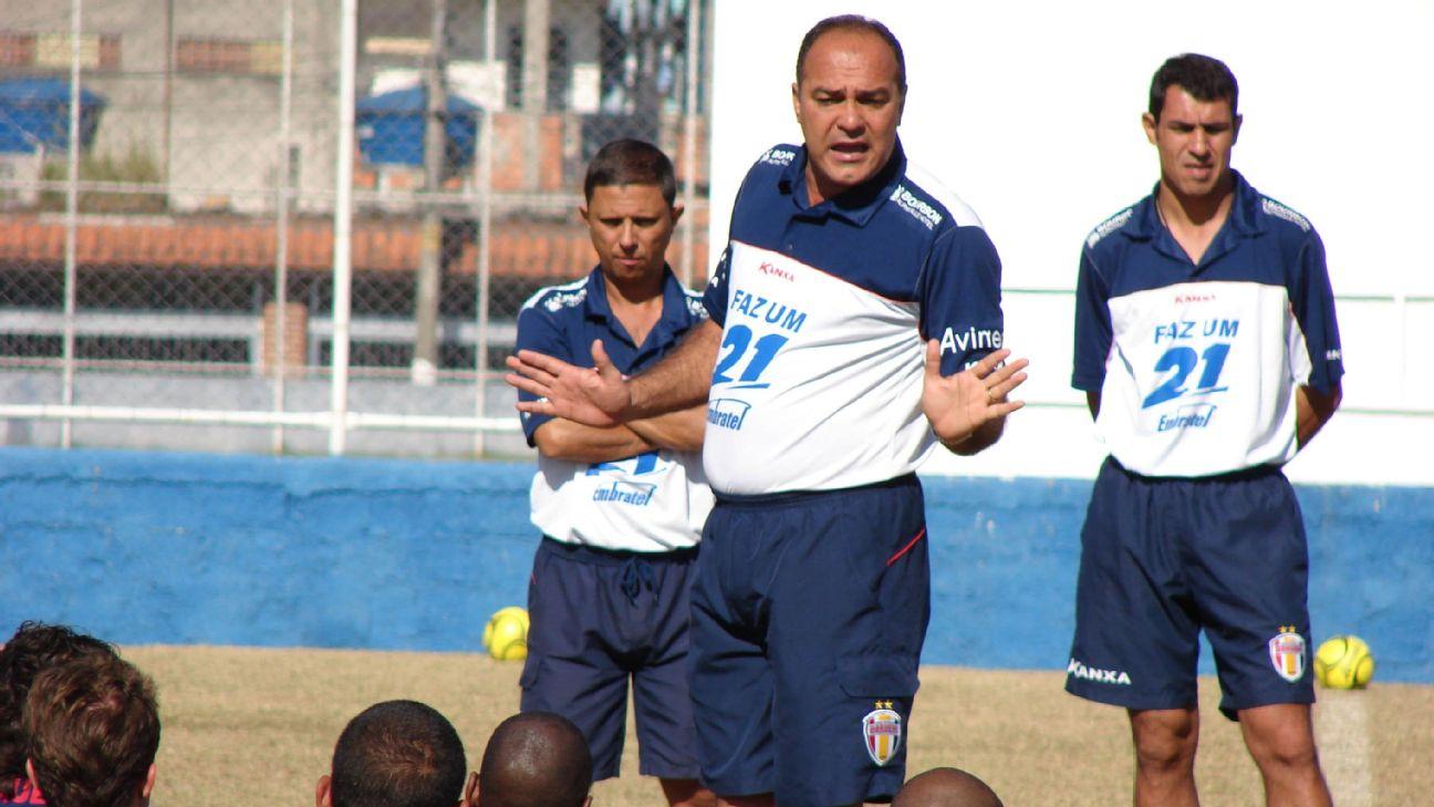 Com um jovem Fábio Carille atento, Ruy Scarpino conversa com jogadores do Barueri, em 2007